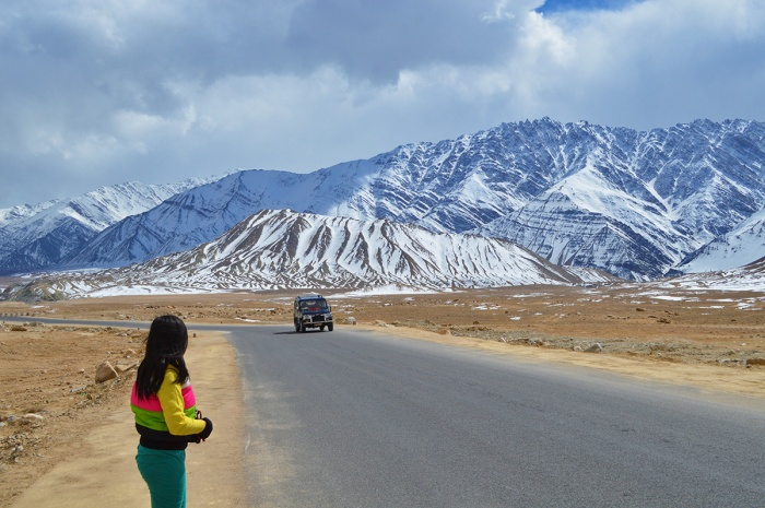 roadside, snowy mountains, snowcapped, Himalayas, near Alchi and Likir Monastery, Ladakh, Jammu and Kashmir, Northern India