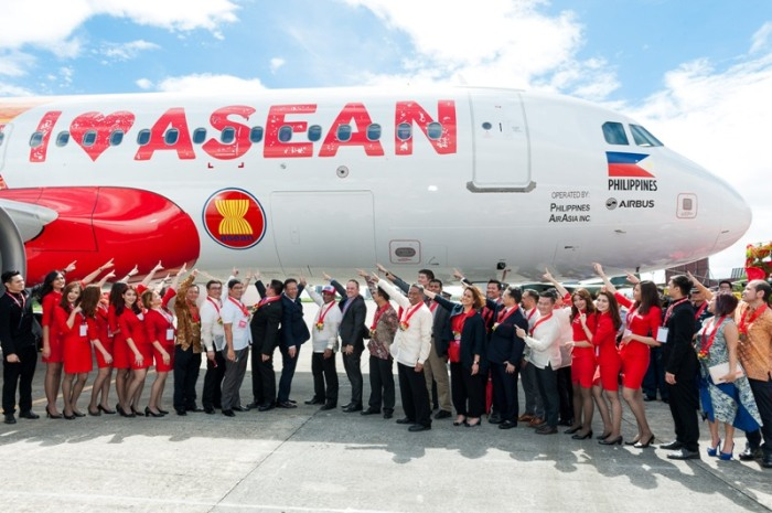 Tony Fernandes, ASEAN dignitaries, VIPS, pointing to the plane, ASEAN 50 years anniversary, livery, AirAsia plane, I love ASEAN plane