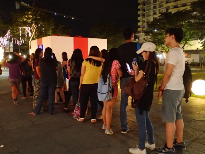 giant gift box, line of people, Vast Imaginarium Mirror Rooms, illusion, Capitol Commons, Pasig, Ortigas.JPG