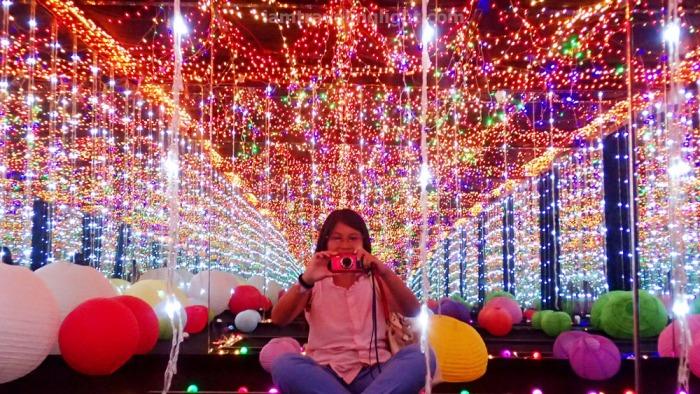 Lit Room, shining lights, spheres, balls, reflection, inspired by Yayoi Kusama, Vast Imaginarium Mirror Rooms, illusion, Capito.jpg